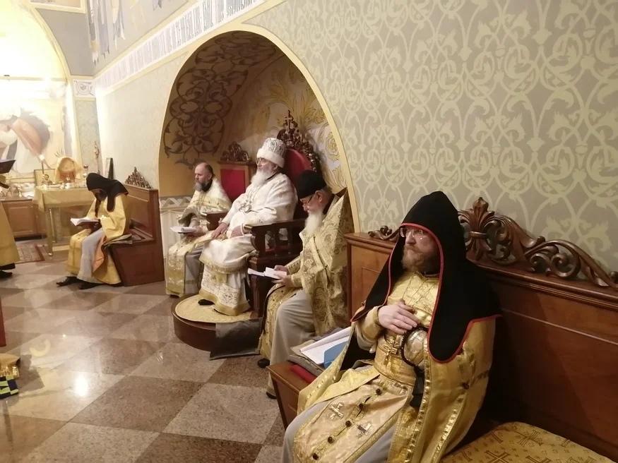 Первая Архиерейская Литургия старым обрядом в Спб митрополии...
