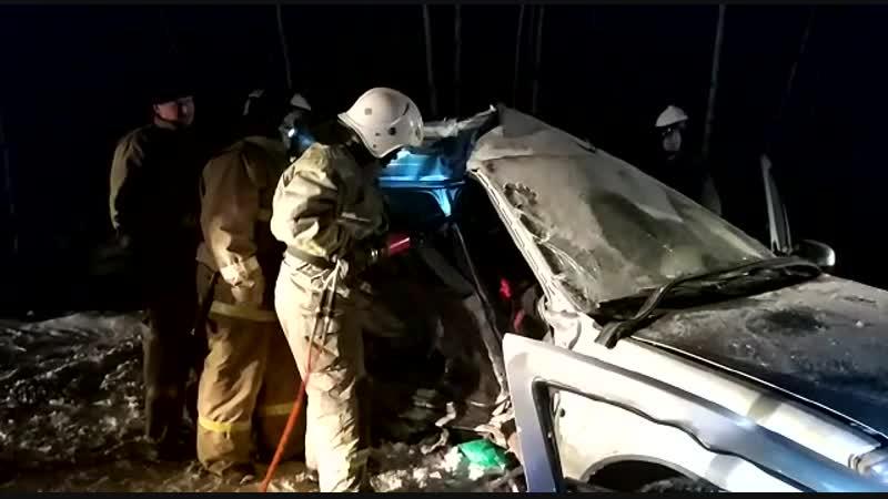 Спасатели достали людей из искорёженного автомобиля