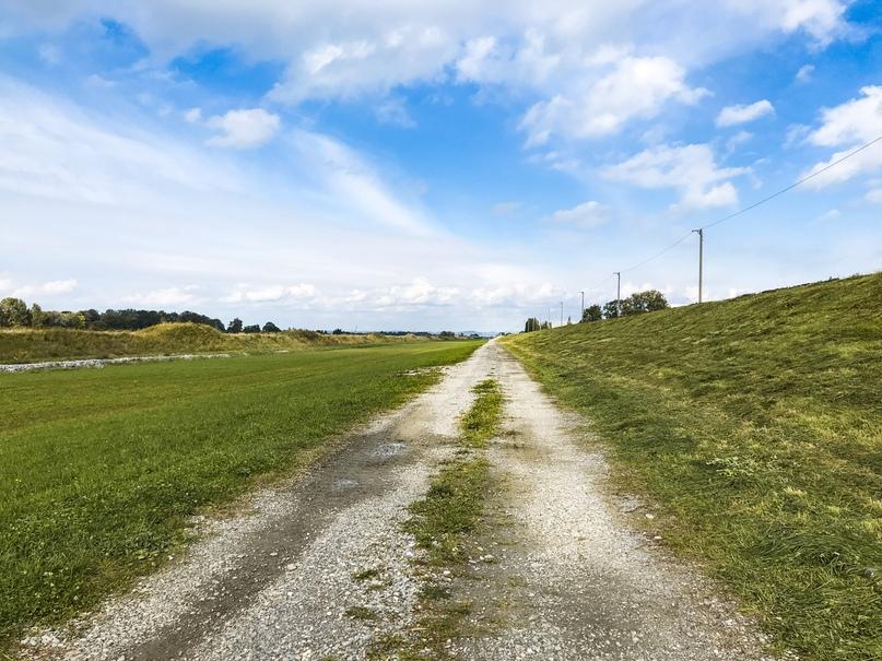 Гравийная дорога вдоль набережной Рейна