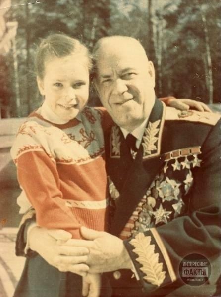 Георгий Жуков с младшей дочерью Марией. Москва, 1960-е.