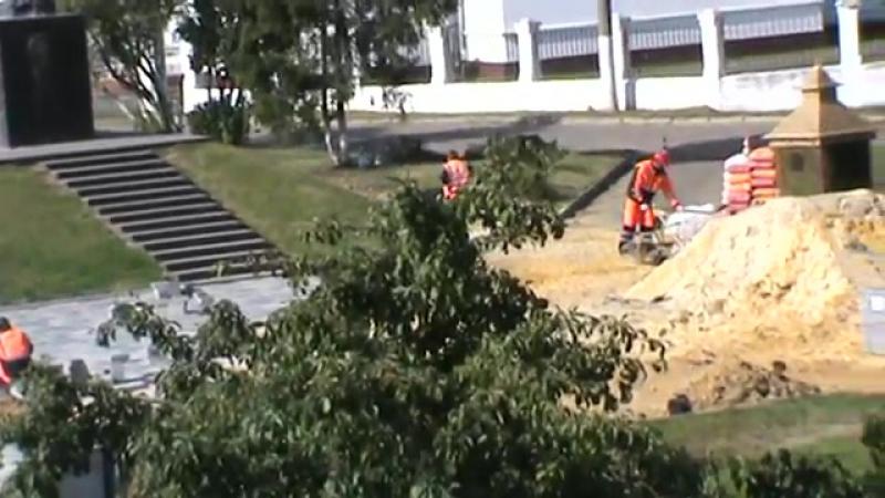 Люди рабочие возле памятника, памятник Иван Грозный, город Орёл