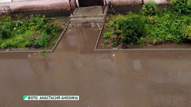 Дождь в Бийске машины захлёбывались в лужах, люди шли вброд к домам (Бийское телевидение)