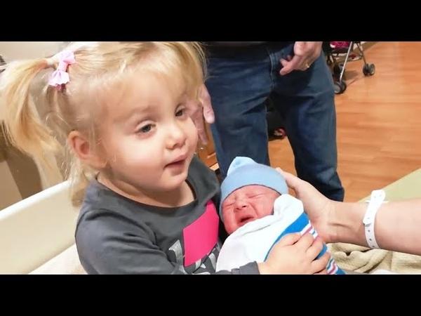 СМЕШНЫЕ ПРИКОЛЬНЫЕ МАЛЫШИ 5 Первая встреча братьев и сестер с новорожденным