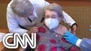 Idosa de 101 anos é a primeira vacinada da Alemanha CNN DOMINGO