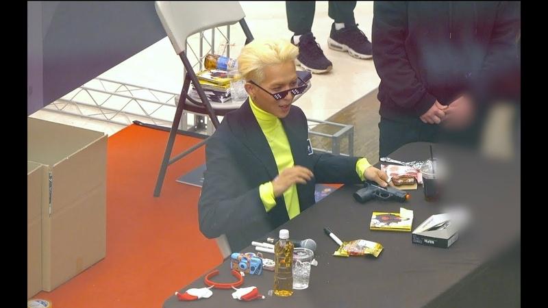 멋쟁이 안경과 장난감 총을 선물받은 MINO(송민호)[4K 직캠]@181208 (소니AX700촬영)