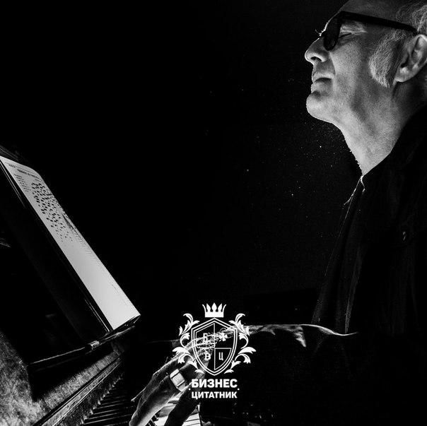Людови́ко Эйна́уди — итальянский композитор и пианист. Обучался в Мила