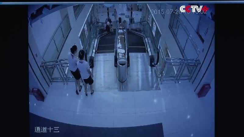 Спасла ребёнка а сама погибла 30.07.2015. В Китае на эскалаторе мать спасла свое.