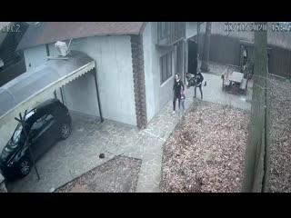 В сети появилось видео жестокого нападения 14-летнего подростка на свою тетю и младшего брата, которое произошло в городе Вишнев