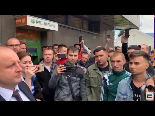 Рабочих Белаза спрашивают кто голосовал за Тихановскую Руки поднимают все