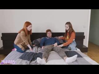 Две девки на Питере притащили домой чувака для настоящего русского порно [жмж русска домашн секс ебл ебут девочк молод трахаю де