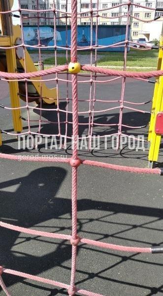 Коммунальщики починили игровой элемент на детской площадке на Покровской
