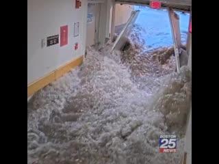 Паводковые воды затопили коридоры больницы в городе Норвуд (США, штат Массачусетс, июнь 2020).