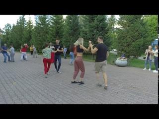 El Mola Pa lla. Танцы сальса у фонтана театра Глобус в Новосибирске