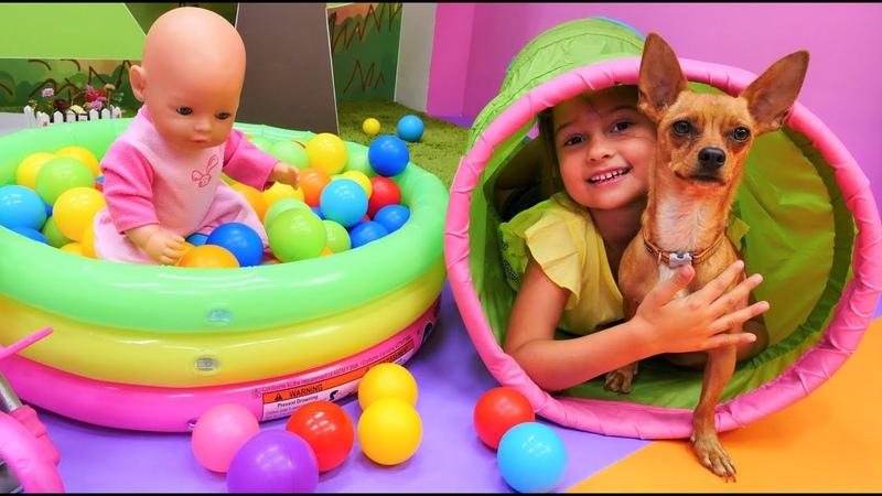 Jugando con el perro en el patio de recreo La muñeca bebé Baby Born Vídeos de juguetes para niñas