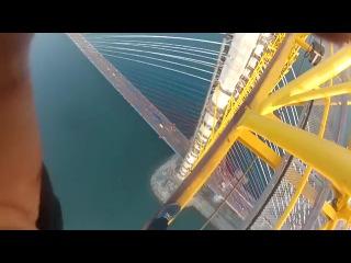 Руферы на мосту на о Русский Владивосток