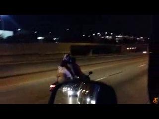 """Девушка прокатилась на мотоцикле """"с ветерком"""""""