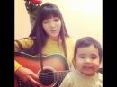 Красивая девушка из Казахстана очень хорошо поет.
