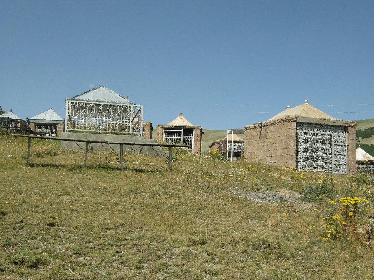 Езидские могилы/гробницы на кладбище
