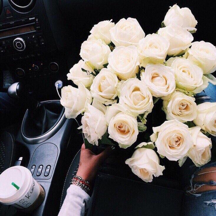 Девушка с белыми розами в машине