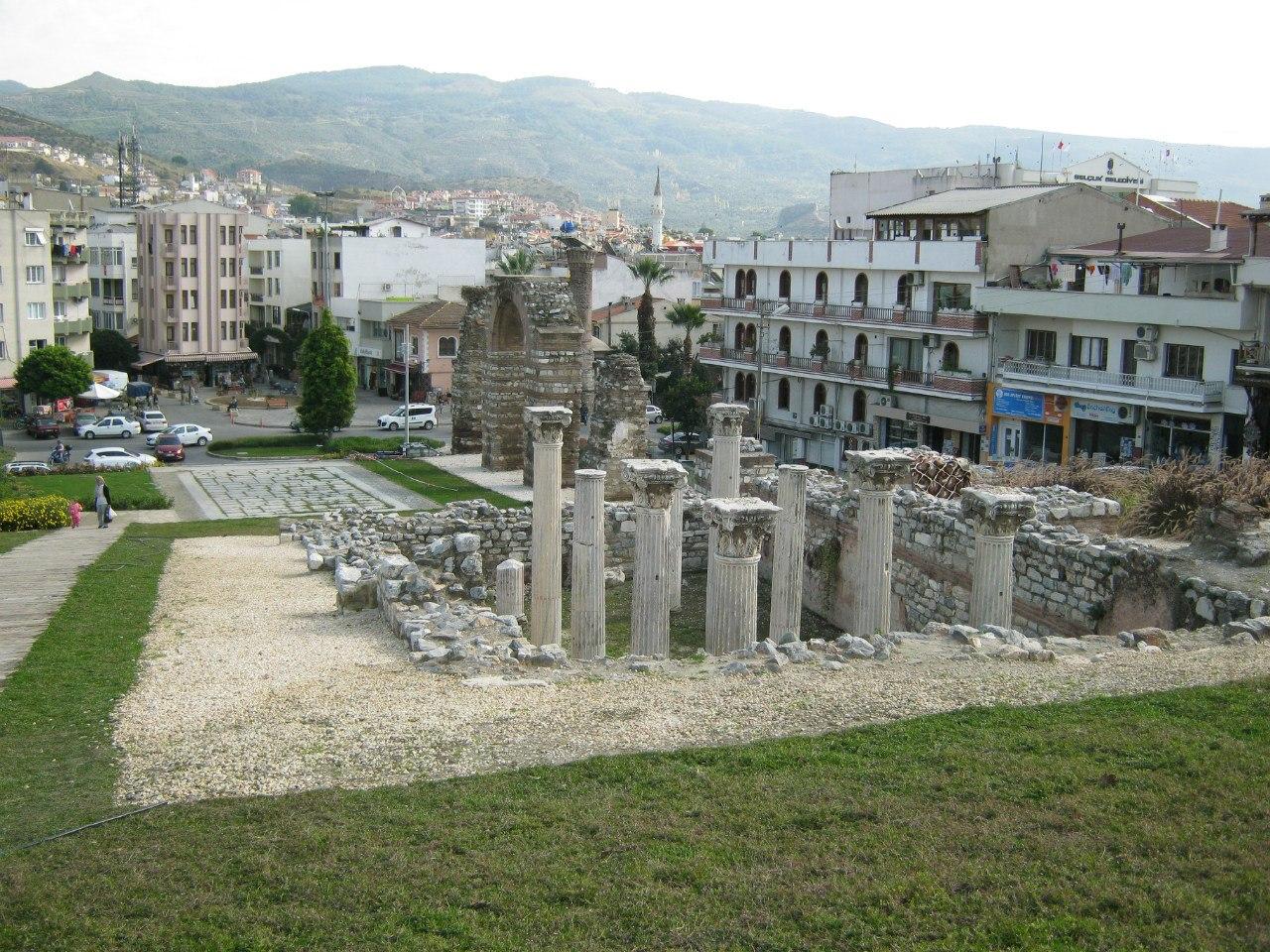 Остатки древних акведука и храма в Сельчук