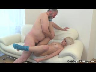 (старый дед трахает молодую блондинку)[group-инцест,taboo,all sex +18]