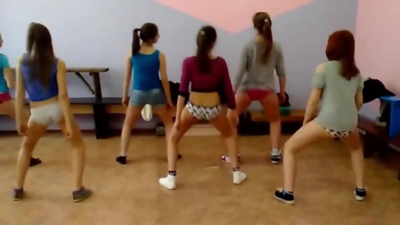 Девятиклассницы танцуют тверк в школе Школьница 14 тверк шортики трусики школа
