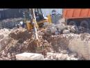 Экскаватор-погрузчик JCB 4CX Super грузит самосвал КАМАЗ - аренда в Калининграде