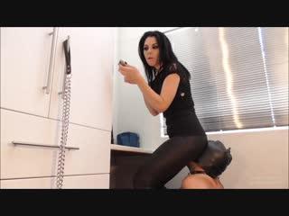 Госпожа красится у зеркала, используя раба вместо стула