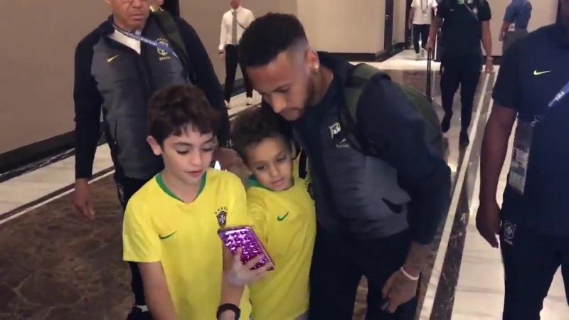 Duas crianças correram pra área reservada e foram tiradas pela segurança. Neymar veio até