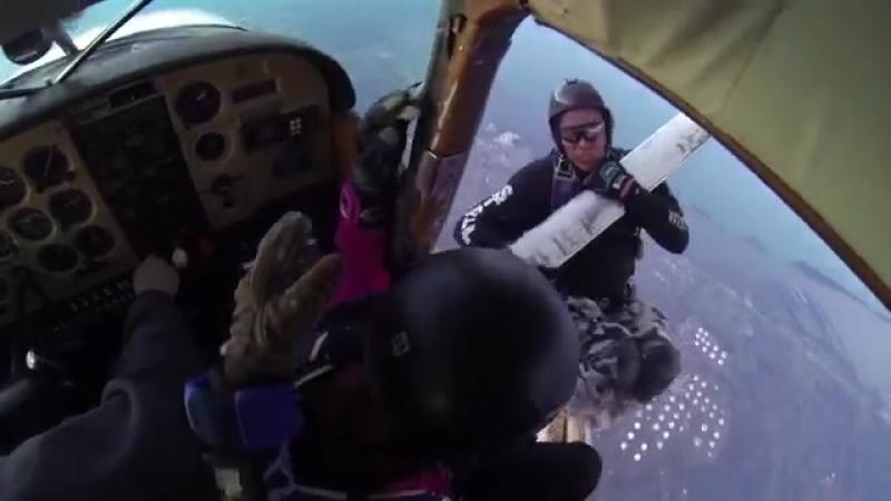 Парашютисты выжили после огненного столкновения двух самолётов в воздухе