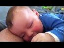 Малыш спит с смеется