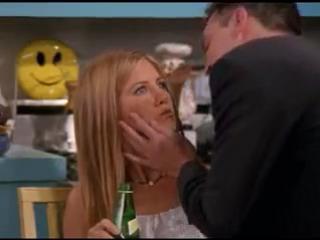 Друзья - Чендлер целует Монику, Рейчел и Фиби