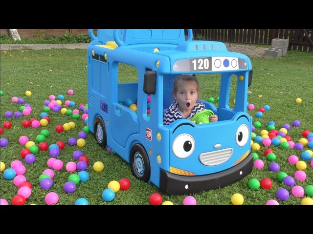 Learn colors with Baby and balls Wheels on the Bus School Songs Nursery Rhymes for Kids Pretend play