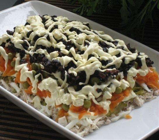 Слоеный салат из копченой курицы с черносливом