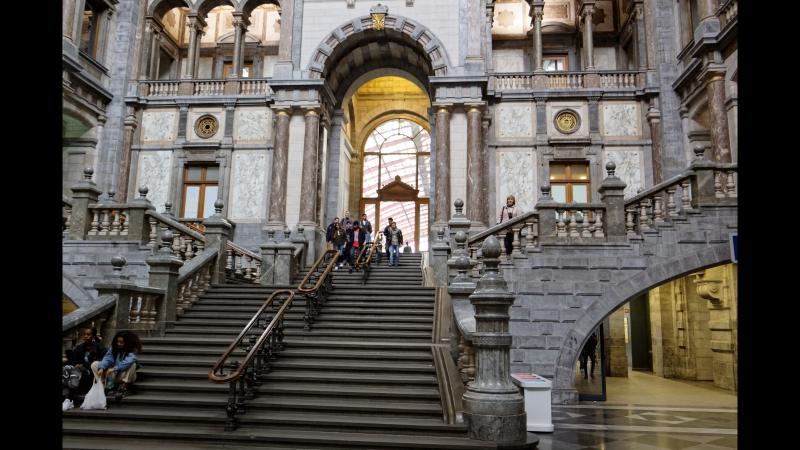 Ж/д вокзал в Антверпене - я как в королевском дворце .