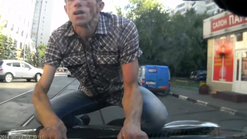 Идиот под наркотиками напал на автомобилистку! Под спайсом! Под чем то! Спайс! Жесть!