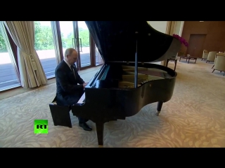 Владимир путин играет гимн люфтваффе «was wollen wir trinken» на пианино