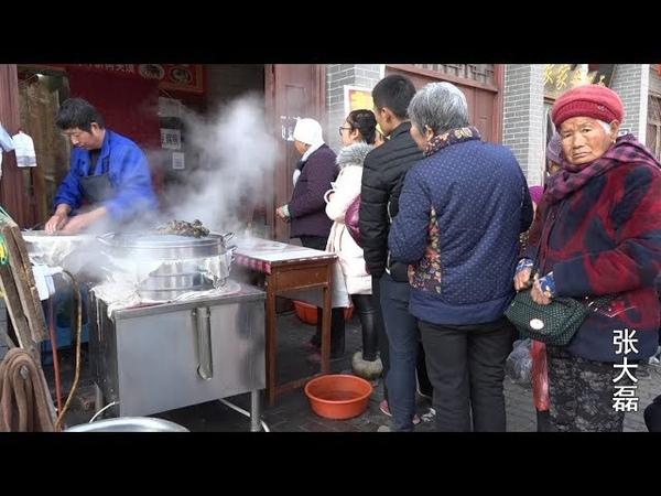 陕西大哥卖特色小吃 现做现卖 5块钱一碗生意红火 父老乡亲排队买