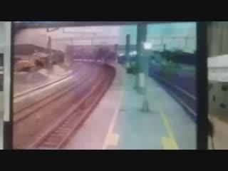 На Тайване сошел с рельс пассажирский поезд