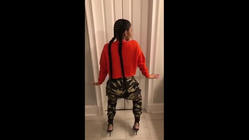 13 августа 2018 Instastory Карди танцует под трек Pineapple Karol G