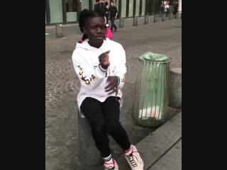 Чернокожая девушка красиво танцует на улице. Видео прикол ()