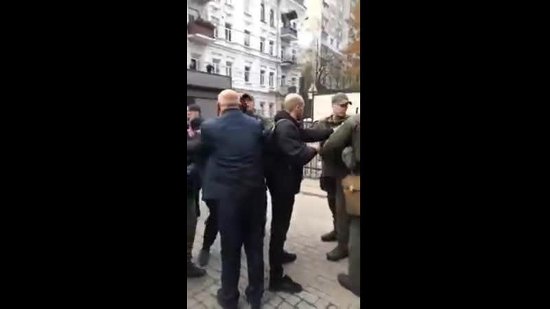 Турки из посольства в Киеве и избили митингующих лохлов