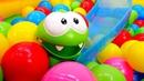Una piscina de bolas con tobogán de Om Nom Vídeos de juguetes para bebés