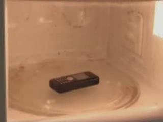 Что будет если засунуть мобильный телефон в микроволновку? смотреть обязательно!! очень познавательно)))