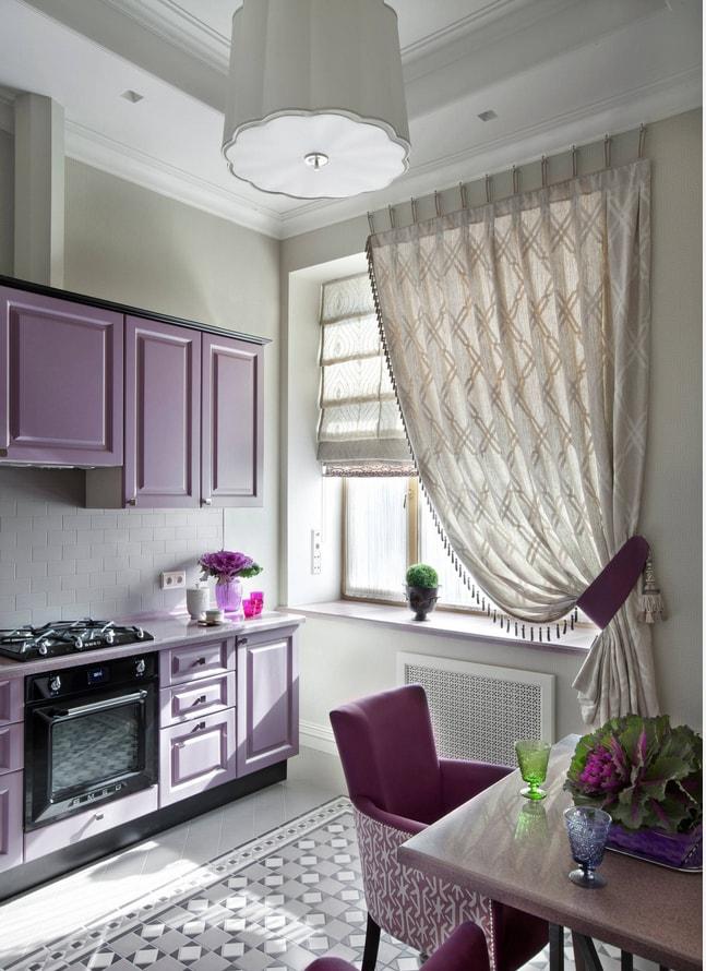 Комбинация длинных и коротких штора на кухне без балкона