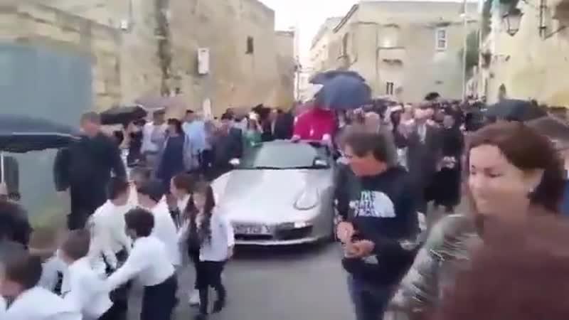 Новоизбранный епископ Мальты проехался по городу в запряженном пятьюдесятью детьми кабриолете