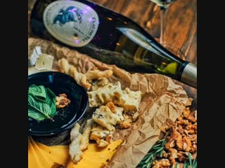Бокал Вина в подарок к Сырной тарелке в HUGS Bar