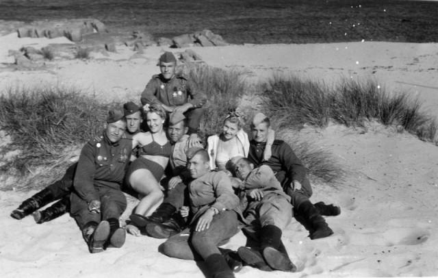 Советские солдаты отдыхают на пляже острова Борнхольм, Дания, 1945