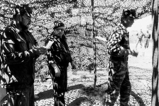 Командующий Объединенной группировкой федеральных войск Анатолий Куликов (в центре). Чеченская Республика, 1995 год.