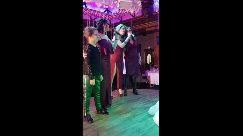 12 октября 2019. Молодоженов поздравляют сестренки невесты